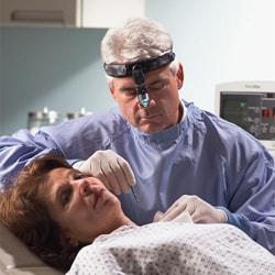 Arzt mit Kopfleuchte